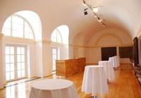 Marmorne Pferdetränken erinnern noch an die einstige Nutzung und sind pfiffiges Detail dieses eleganten Raumes. Der Marstall Ost ist ideal für gesellschaftliche Anlässe für bis zu 70 Personen.