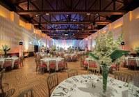 Die ehemalige Reithalle ist für verschiedenste Events flexibel nutzbar und bietet Platz für bis zu 700 Personen. Dank der installierten Lichtarchitektur lässt sich Ihr Event ganz individuell gestalten und optisch verzaubern.