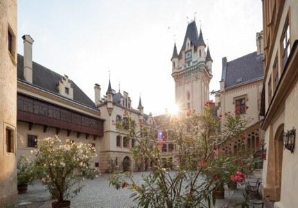 Flirt mit der Vergangenheit. Modernste Technik trifft auf historisches Ambiente - wenn das nicht inspiriert! Unser neues Seminarzentrum im ersten Stock des Schlosses und die Prunkräume freuen sich auf Gäste!