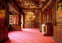 Rittersaal, Bibliothek und Gartensaal atmen Geschichte und verleihen Ihrer Veranstaltung ein ganz besonderes Flair. Sie können die Räume einzeln oder gemeinsam für bis zu 220 Gäste nutzen.