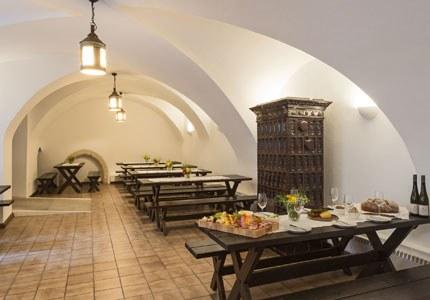 Urig, bodenständig, rustikal. So präsentiert sich der schlosseigene Heurige. Die gemütlichen, dunklen Holzbänke und Tische laden ein, einen guten Tropfen aus der Wein-Edition der Traditionsweingüter zu verkosten.