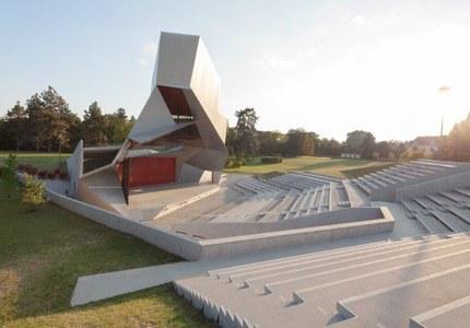 Kühne Klangarchitektur im Dialog mit der Natur. Unsere futuristische Open Air Bühne beherbergt im Sommer das «Who is Who» der Musikwelt … Mit dem weitläufigen Schlosspark verschmilzt sie zu einem Gesamtkunstwerk.