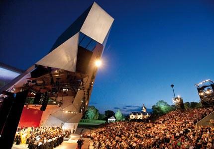Unsere Open Air-Bühne. Und was für eine! Eingebettet in die herrliche Naturkulisse wird das architektonische und akustische Meisterwerk zum Ort schöpferischer Kraft. Bis zu 2.000 Besucher dürfen hier mit allen Sinnen lauschen.